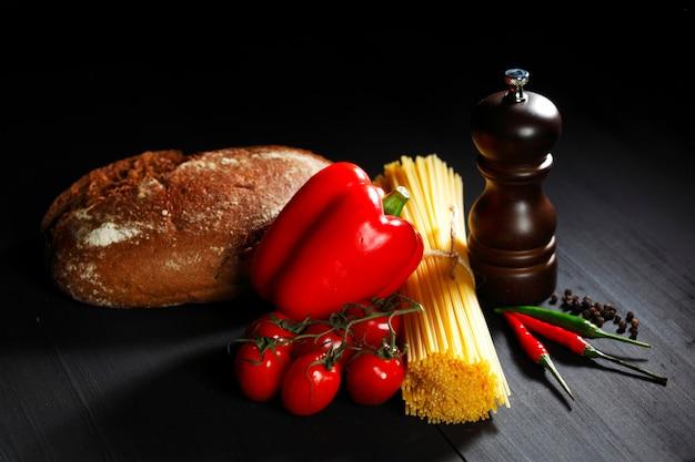 Ingredientes de la pasta en mesa negra