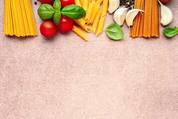 Ingredientes de pasta sobre fondo rústico claro
