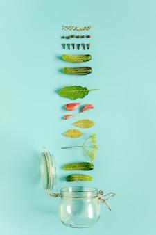 Ingredientes para pepinillos marinados y frasco de vidrio.
