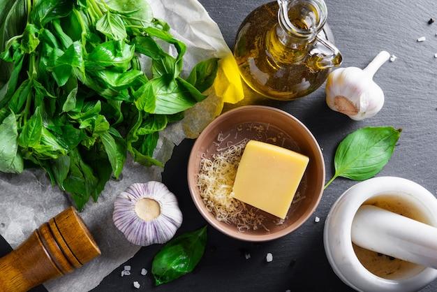 Ingredientes de pesto en una mesa de cocina