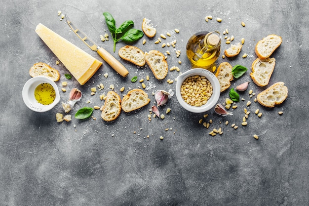 Ingredientes para pesto y pan chiabatta.