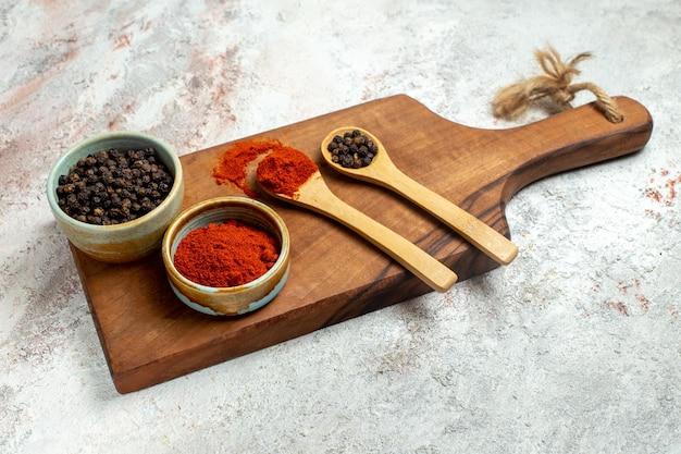 Ingredientes picantes y vanguardistas de pimiento picante de vista frontal en espacio en blanco