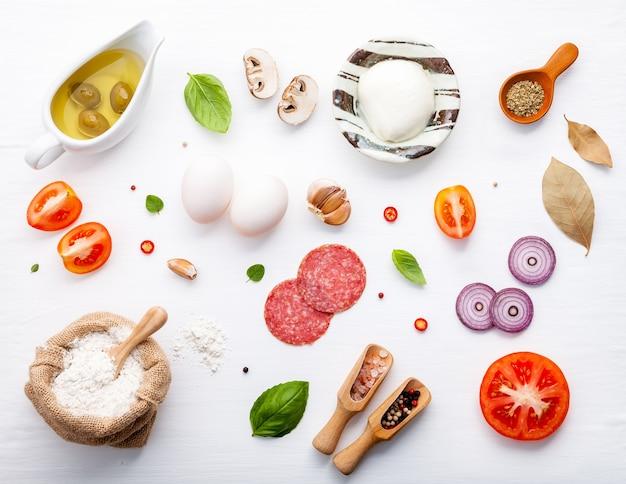 Los ingredientes para pizza casera con ingredientes