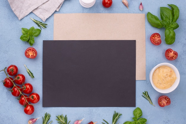 Ingredientes planos y hoja de papel en blanco