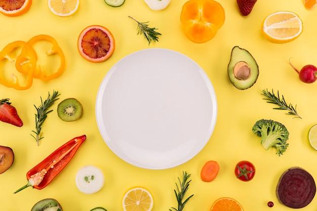 Ingredientes y plato de jugo y batido