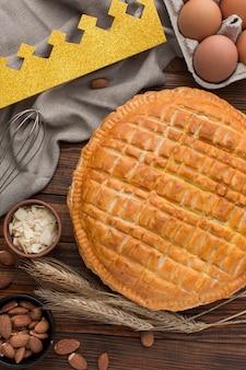 Ingredientes y postre delicioso pastel de epifanía