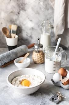 Ingredientes de primer plano para hornear panqueques, muffins, pasteles
