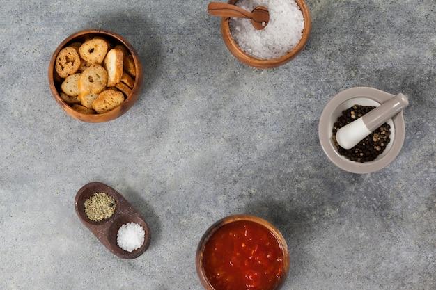Ingredientes, salsa de tomate y tostadas en un tazón
