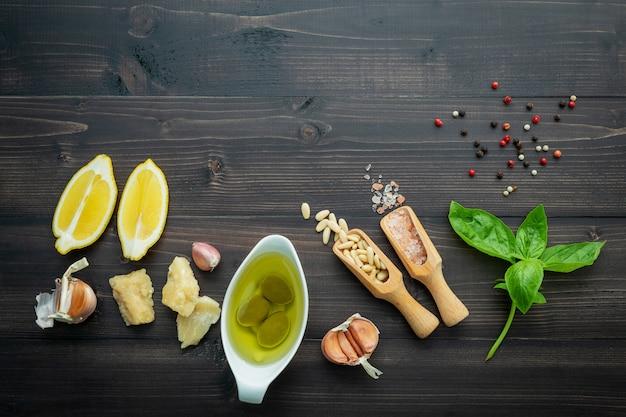 Los ingredientes para la salsa verde del pesto en fondo de madera oscuro.