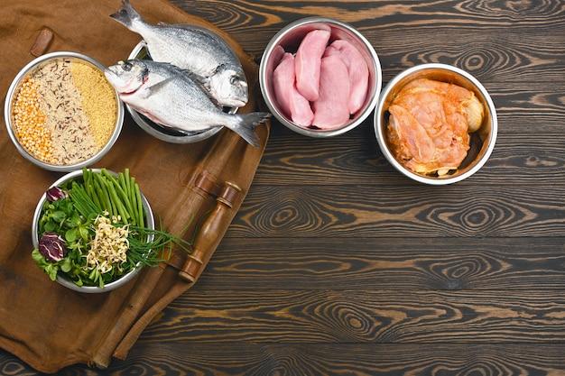 Ingredientes saludables para alimentos para mascotas en cuencos individuales