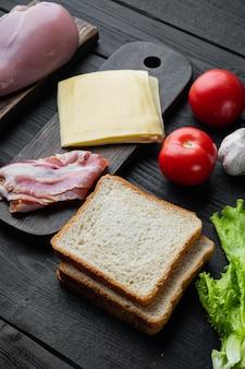 Ingredientes para sándwich, tocino, queso, tomate, carne de pollo,