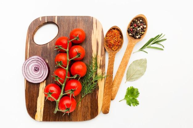 Ingredientes sazonadores sobre tabla de madera