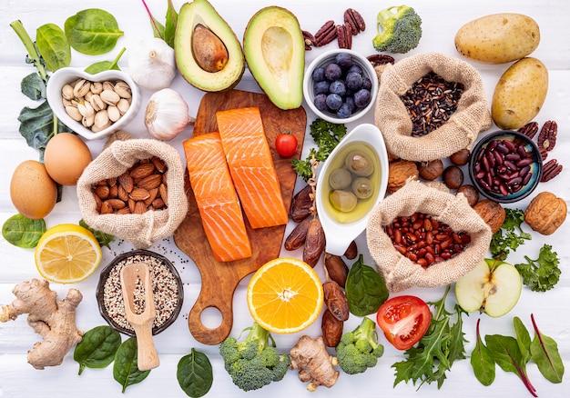Ingredientes para la selección de alimentos saludables en madera.