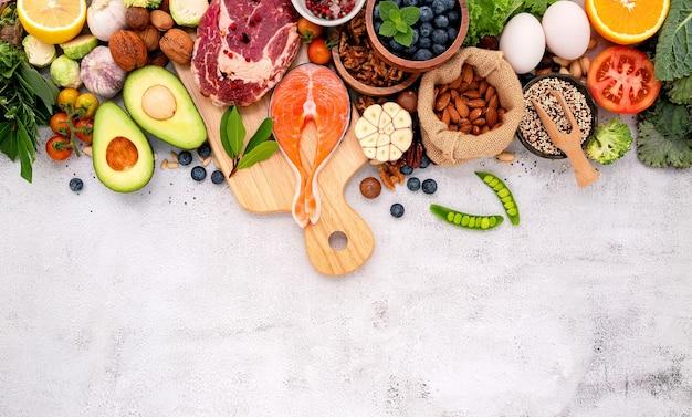 Ingredientes para la selección de alimentos saludables sobre fondo de hormigón blanco