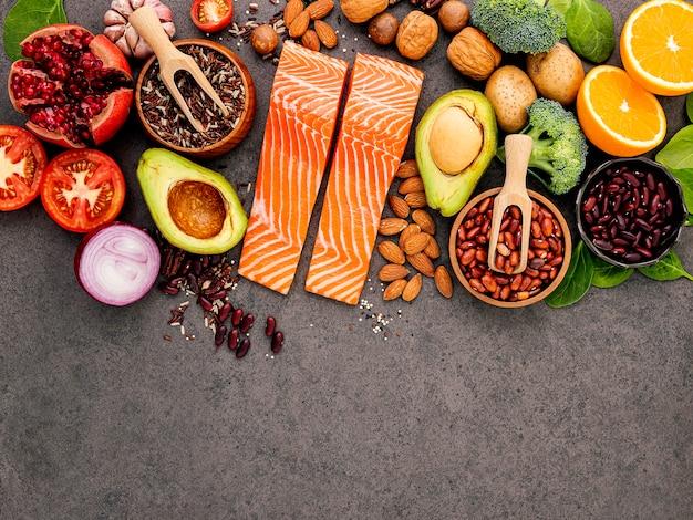 Ingredientes para la selección de alimentos saludables sobre fondo oscuro.