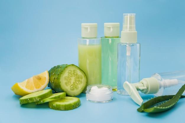Ingredientes de un spa orgánico para el cuidado de la piel sobre fondo azul.
