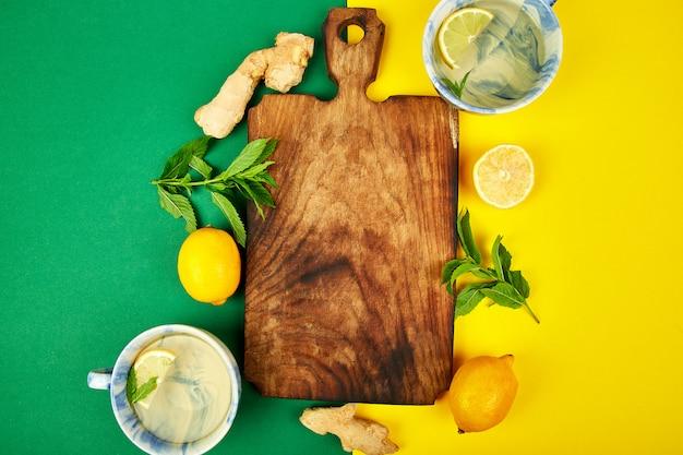 Ingredientes para té caliente con jengibre, limón, menta.