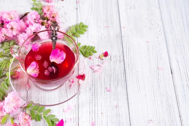 Ingredientes de té de hierbas con flores y taza de té