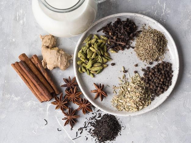 Ingredientes para el té de masala en gris. vista superior