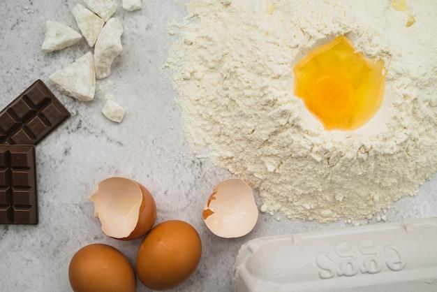 Ingredientes de la torta en la encimera de la cocina