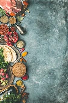 Ingredientes de tradición árabe o de oriente medio sobre fondo de hormigón