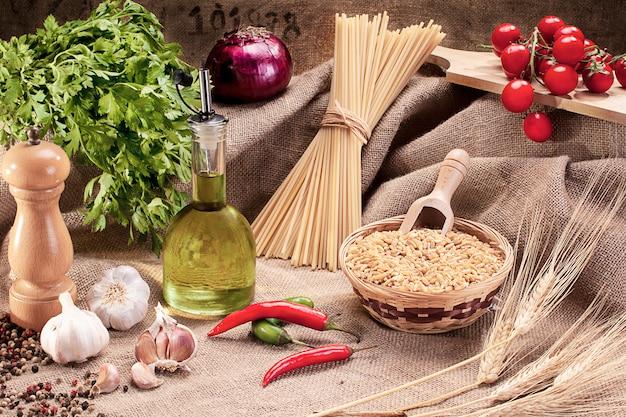 Ingredientes tradicionales para sazonar la pasta.