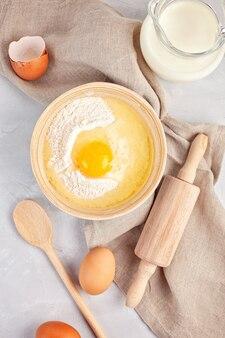 Ingredientes y utensilios de cocina para preparar la masa.