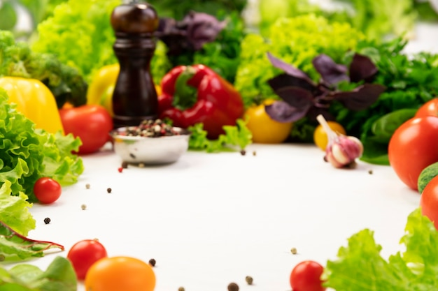Ingredientes vegetales orgánicos frescos para una sabrosa cocina vegetariana alrededor del espacio vacío. concepto de comida sana o dietética