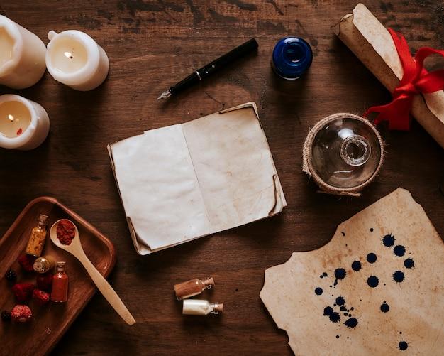 Ingredientes y velas alrededor del cuaderno