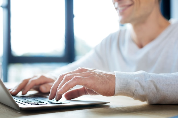 Ingresando datos. cerca de una mano masculina escribiendo en el teclado mientras ingresa datos importantes