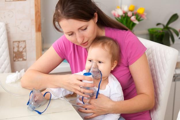 La inhalación del niño hace a la mamá bebé