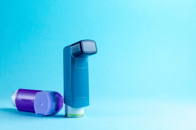 Inhalador para el asma en azul