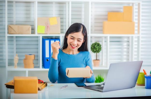 Inicio de empresa joven pyme feliz con caja para entrega.
