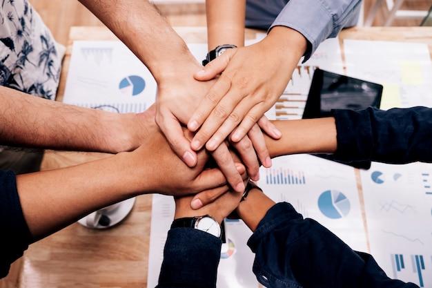Inicio empresarial trabajo en equipo unir manos espíritu de equipo colaboración