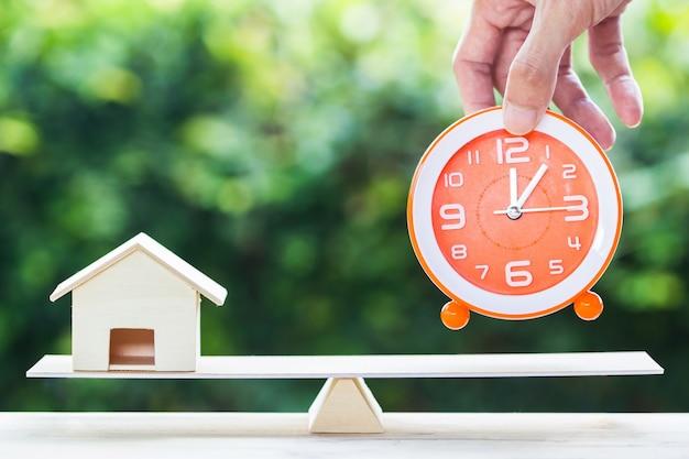 Inicio ganga, bienes raíces, préstamos, casa prestamista concepto de hipoteca inversa.