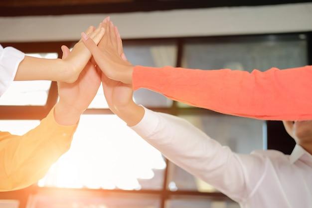 Inicio hombre mujer unirse mano unida, equipo de negocios tocando las manos juntas. unidad de trabajo en equipo concepto de asociación.