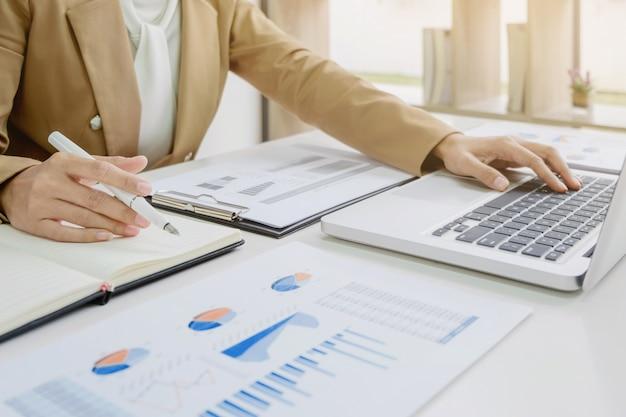 Inicio de negocio analizando una inversión de valuación