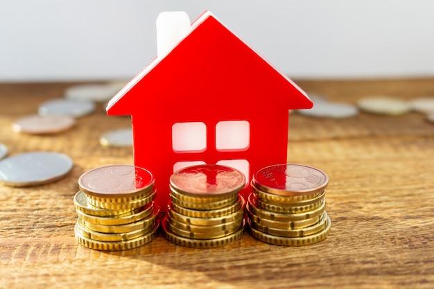 Inicio en el paquete de pila de monedas de euro apostado. concepto inmobiliario