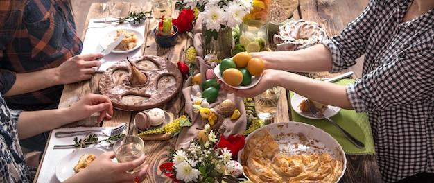 Inicio vacaciones amigos o familiares en la mesa festiva