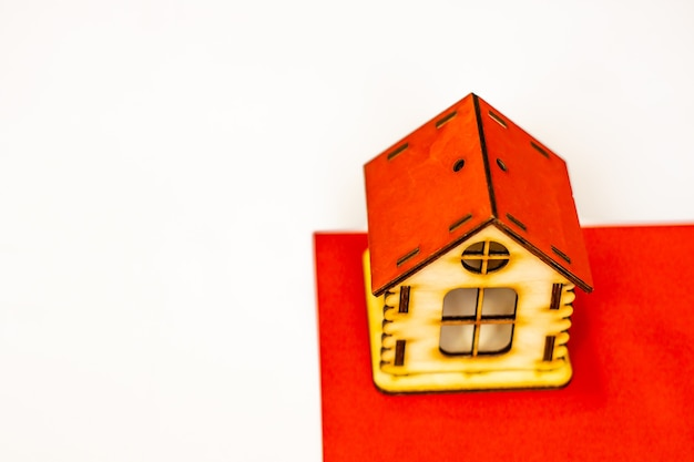 Inmobiliaria en suiza casa de madera en la bandera suiza alquiler de propiedad o concepto de hipoteca
