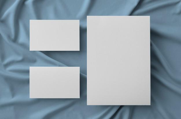 Inmóvil con tarjeta grande y dos tarjetas de visita sobre tela