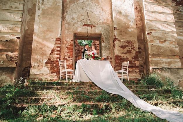 Inolvidable cena de boda romántica al aire libre. vacaciones y eventos