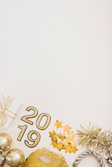Inscripción 2019 con lentejuelas en mesa