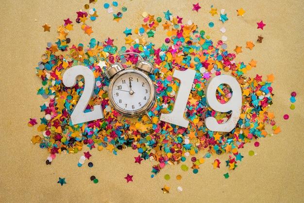 Inscripción 2019 con lentejuelas y reloj.