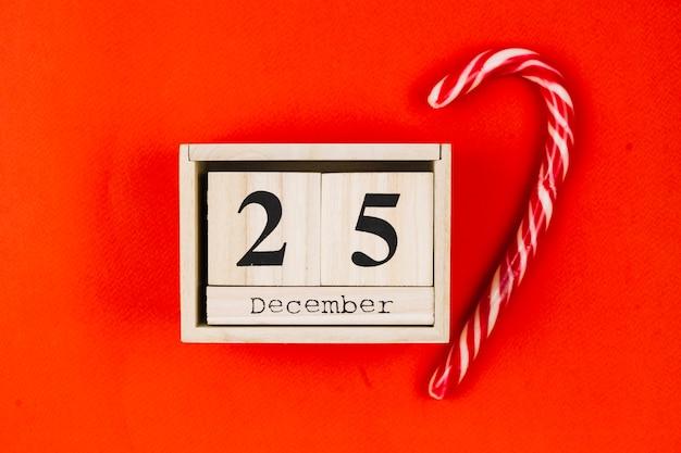 Inscripción del 25 de diciembre en bloques de madera con bastón de caramelo.