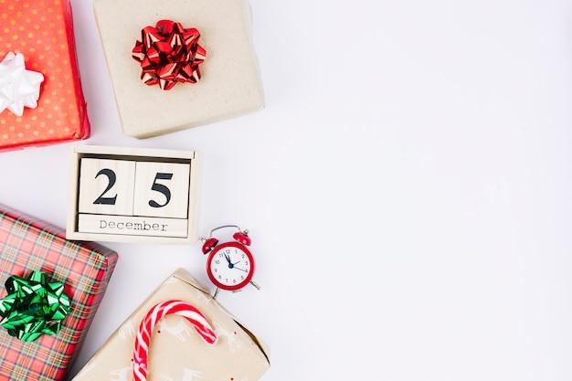 Inscripción del 25 de diciembre en bloques de madera con cajas de regalo.