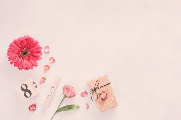 Inscripción del 8 de marzo con caja de flores y regalos.