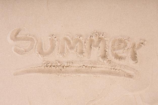 Inscripción en la arena húmeda de verano