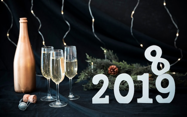 Inscripción blanca 2019 con gafas en mesa