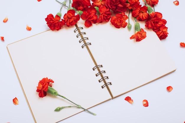 Inscripción de cuaderno conjunto festivo muchas flores aislado